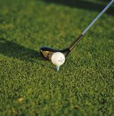 Golfklubba och boll