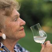 Äldre kvinna med glas