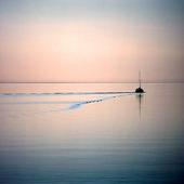 Fritidsbåt i stilla vatten
