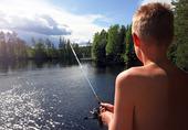Pojke fiske vid en sjö