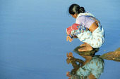 Kvinna vid vatten, Indien