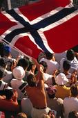 Publik med Norges flagga