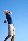 golfare slår en golfboll