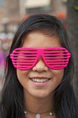 Flicka med persiennglasögon
