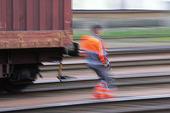 Järnvägsarbetare vid tåg