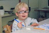 Pojke med glasögon på dagis