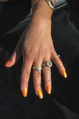 Kvinnohand med smycken