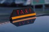 Skylt på taxibil