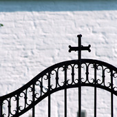 Kors på järngrind till kyrka