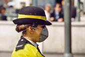 Trafikolis med andningsmask, England
