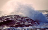 Vågor mot klippa