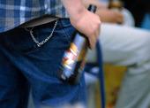 Man med ölflaska