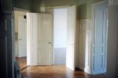 Dörrar i tom lägenhet
