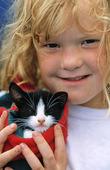 Flicka med kattunge