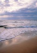 Vågor mot sandstand