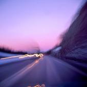 Motorväg i kvällsljus