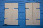 Blå vägg med vit dörr och fönster