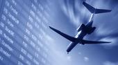 Flygplan landar i skymningen