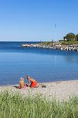 Barnen leker vid havet