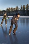 Skridskoåkning på frusen sjö