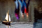 Liten segelbåt i damm