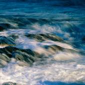 Vågor mot klippkust