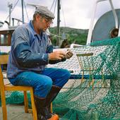 Fiskare som arbetar med sina fiskeredskap