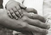 Barnhand på vuxenhand