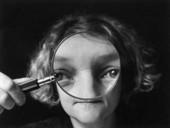Kvinna med förstoringsglas