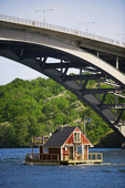 Husbåt under bro