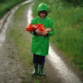 Flicka i regnväder