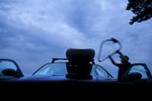 Bil med surfingbräda på takräcke