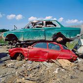 Två skrotbilar, SAAB och Volvo