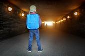 Skolbarn i mörk gångtunnel
