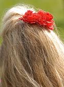 Kvinna med röd blomma i håret