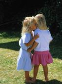 Två små flickor viskar