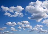 Sommarmoln på blå himmel
