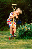 Pojke i trädgård