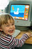 Flicka vid dator