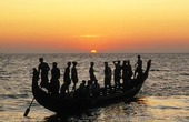 Fiskare på båt i skymning, Indien