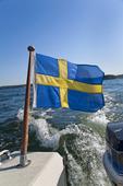 Svenska flaggan på motorbåt