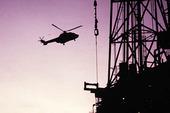 Helikopter vid oljeplattform
