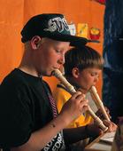 Barn spelar flöjt