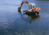 Grävmaskin i vatten
