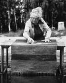 Kvinna tvättar matta