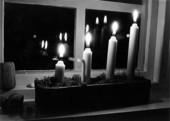 Adventsljusstake i fönster