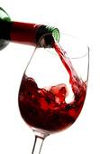 Rött vin hälls i vinglas