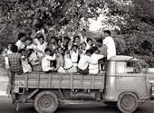 Glada människor på lastbilsflak, Indien