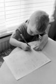 Pojke skriver