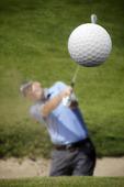 Golfspelare skjuter iväg en golfboll